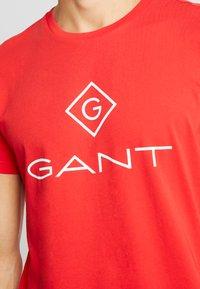 GANT - LOCK UP  - T-shirt med print - bright red - 4
