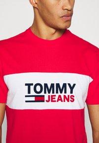 Tommy Jeans - PIECED BAND LOGO TEE - T-shirt z nadrukiem - deep crimson - 5