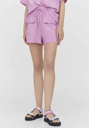 MIT TASCHEN - Shorts - pink