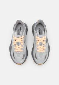 adidas Originals - OZWEEGO CELOX UNISEX - Tossud - grey two/acid orange - 5