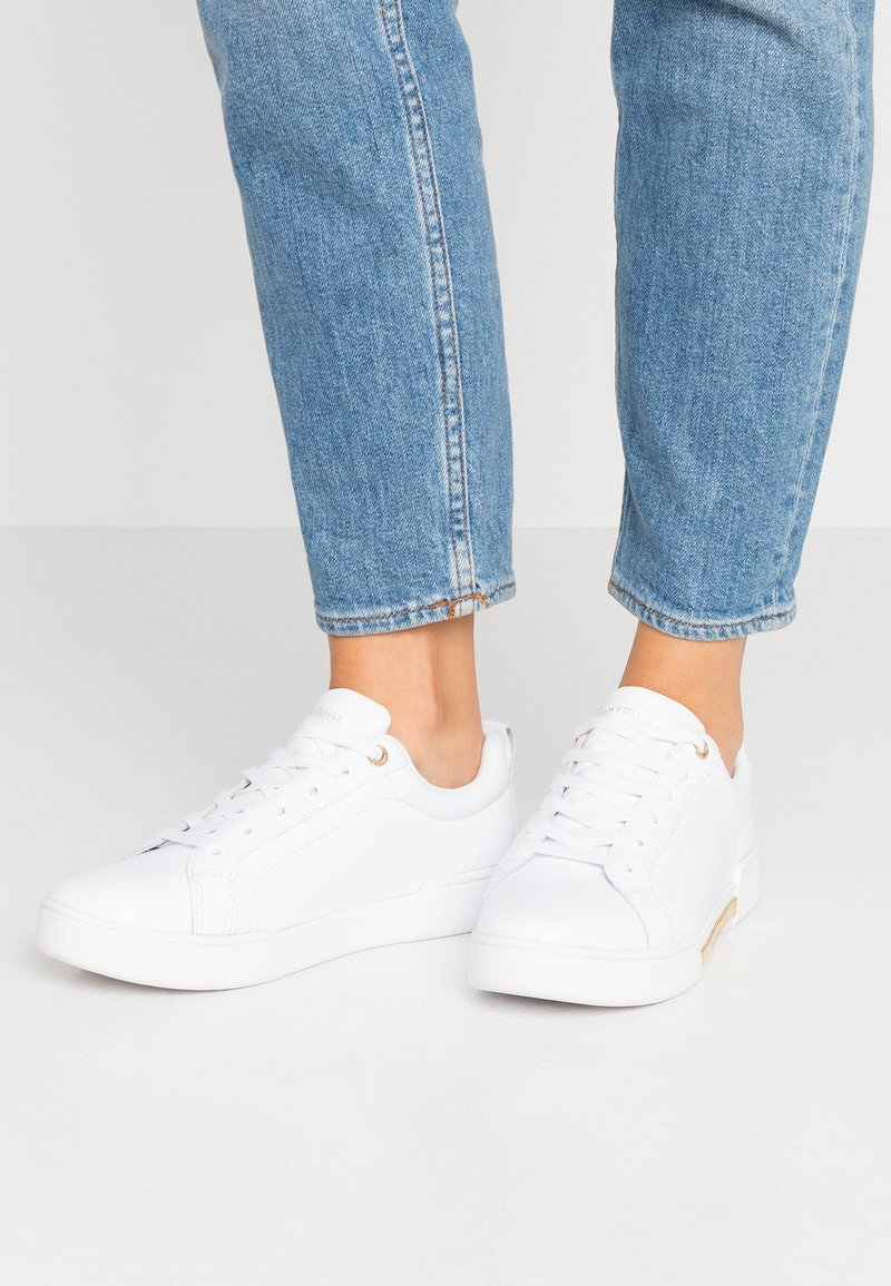 Tommy Hilfiger - BRANDED OUTSOLE METALLIC SNEAKER - Sneakers laag - white