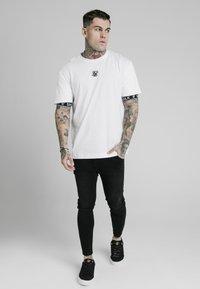 SIKSILK - INSET CUFF ESSENTIAL  - Print T-shirt - white - 1