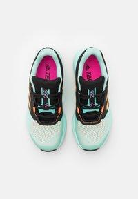 adidas Performance - TERREX TWO FLOW - Stabile løpesko - clear mint/hazy orange/screaming pink - 3