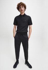 Calvin Klein - Pantaloni sportivi - ck black - 1