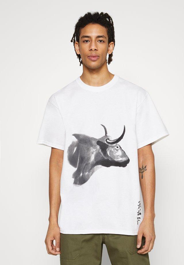 YOTO OX WATERCOLOR TEE - Print T-shirt - white