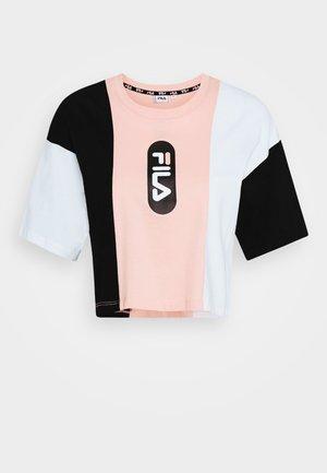 BASMA BLOCKED CROPPED TEE - Print T-shirt - black/bright white/coral cloud