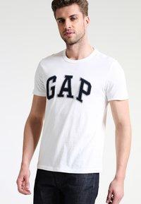 GAP - ARCH TEE - Camiseta estampada - new off white - 0