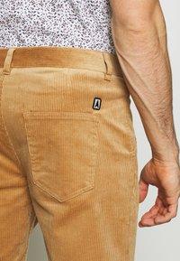 Anerkjendt - AKCARLO - Shorts - tannin - 5
