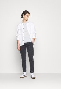 Tommy Jeans - CHEST LOGO TEE - Basic T-shirt - white - 1