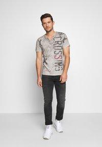 Key Largo - HIGHWAY BUTTON - Print T-shirt - silver - 1