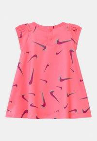 Nike Sportswear - PRINTED SET - Jersey dress - sunset pulse - 1