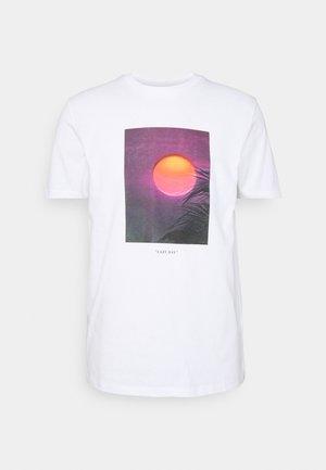SUNSET TEE - Print T-shirt - white