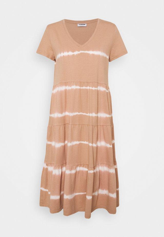 NMBUSTER DRESS - Vestido informal - praline