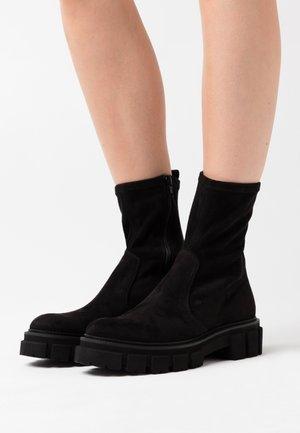 VIDA - Kotníkové boty na platformě - black