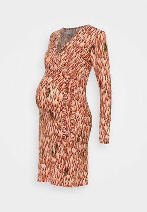 MLJACINDA TESS DRESS - Pouzdrové šaty - parchment/auburn/muted clay