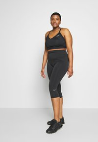 Nike Performance - INDY PLUS SIZE BRA - Sport BH - black/white - 1