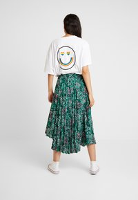 Topshop - PAINTED SPOT PLEAT MIDI - A-line skirt - green - 2