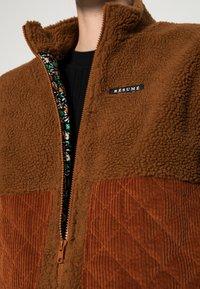 Résumé - GERTA VEST - Waistcoat - brown - 4
