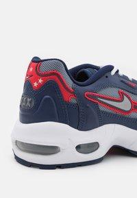 Nike Sportswear - AIR MAX 96 II - Sneakers basse - midnight navy/metallic silver/cool grey/university red/white/black - 5