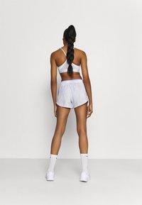 Nike Performance - ICON CLASH 10K SHORT - Short de sport - light thistle/clear - 2