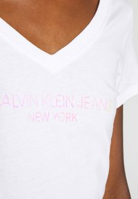 Calvin Klein Jeans - IRIDESCENT LOGO  - T-shirts med print - bright white - 5
