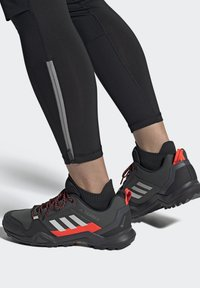 adidas Performance - TERREX AX3 GTX - Vaelluskengät - grey/light red - 0