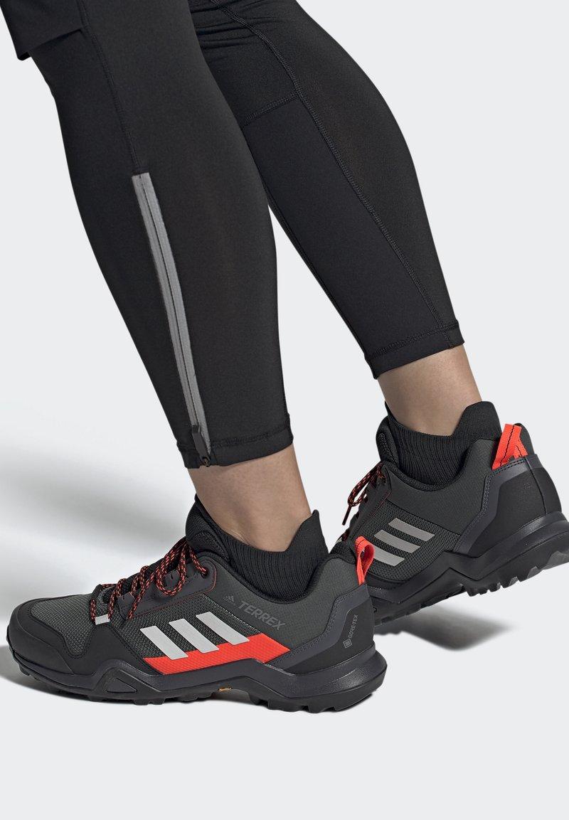 adidas Performance - TERREX AX3 GTX - Vaelluskengät - grey/light red