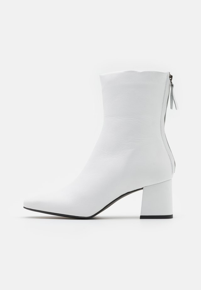 Classic ankle boots - white