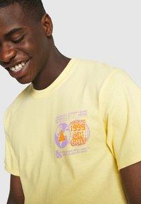 HUF - CRASH TEE - Print T-shirt - washed yellow - 6