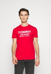 Tommy Jeans - TJM ESSENTIAL FRONT LOGO TEE - T-shirt z nadrukiem - deep crimson - 0
