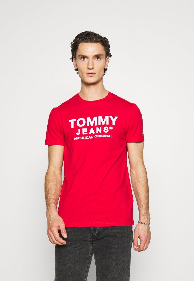 Tommy Jeans - TJM ESSENTIAL FRONT LOGO TEE - T-shirt z nadrukiem - deep crimson