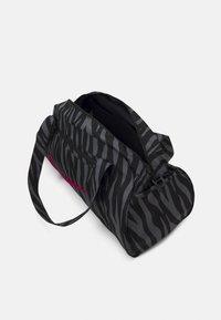 Nike Performance - GYM CLUB - Sportovní taška - black/fireberry - 3