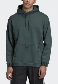 adidas Originals - R.Y.V. HOODIE - Jersey con capucha - green - 4