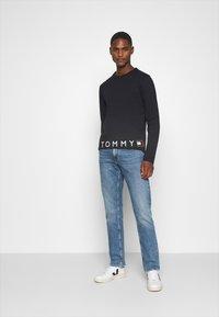 Tommy Hilfiger - CORP LOGO LONG SLEEVE TEE - T-shirt à manches longues - blue - 1
