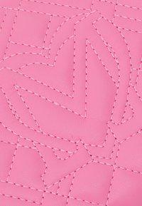 Love Moschino - CHAIN CROSS BODY ROUND - Across body bag - rosa - 4