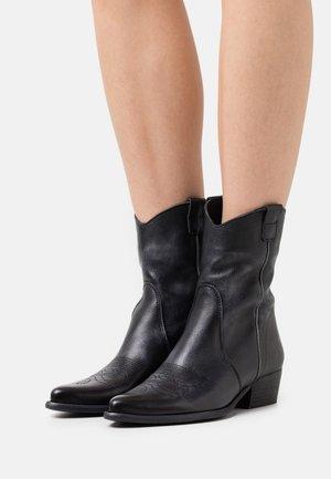 WEST - Cowboy/biker ankle boot - bufalo/vintageblack