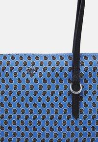 Lauren Ralph Lauren - KEATON TOTE-SMALL - Handbag - blue/off-white - 4