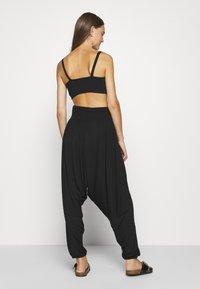 Vero Moda - HAREM ELASTIC PANT  - Trousers - black - 2