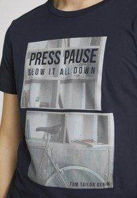 TOM TAILOR DENIM - MIT FOTOPRINT - Print T-shirt - total eclipse blue - 3