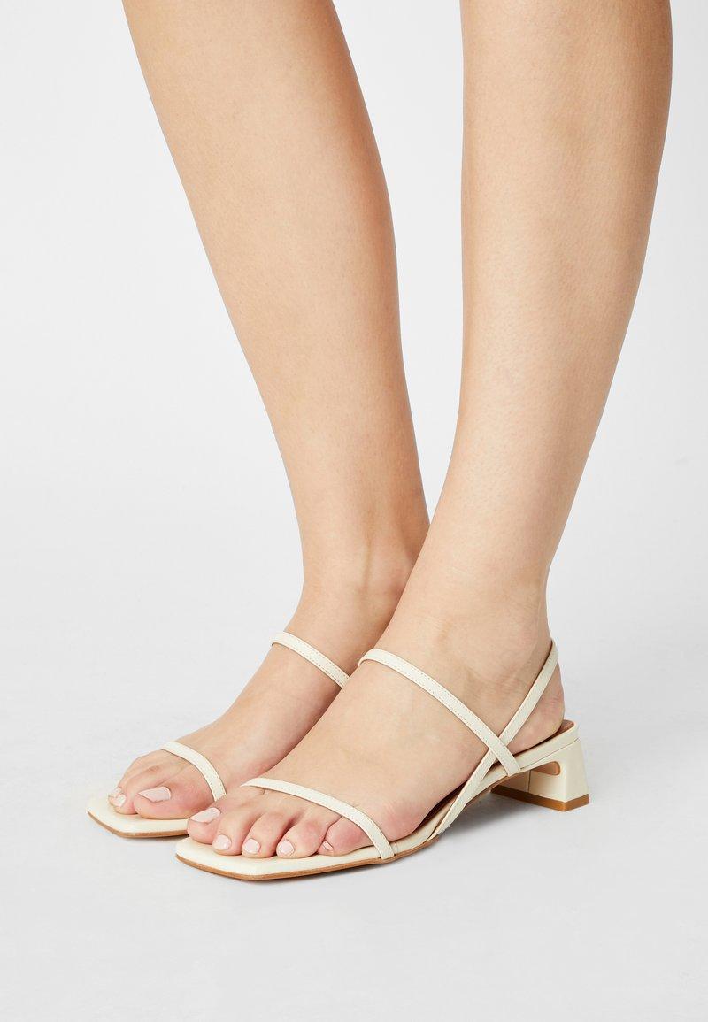 ÁNGEL ALARCÓN - Sandals - panna