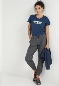 Patagonia - AHNYA PANTS - Pantalon de survêtement - forge grey - 1