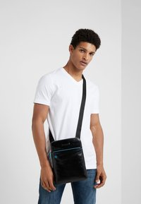 Piquadro - SQUARE CROSS BODY BAG - Sac bandoulière - nero - 1