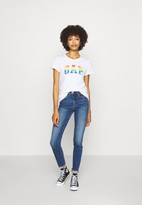 GAP - TEE - T-shirts med print - white/multicolor - 1