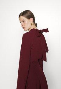 Victoria Victoria Beckham - TIE SLEEVE PLEATED DRESS - Day dress - iron red - 4