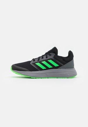 GALAXY 5 CLASSIC CLOUDFOAM - Zapatillas de running neutras - core black/screaming green/grey three