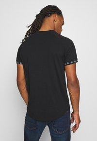 Brave Soul - T-shirt con stampa - jet black/ red - 2