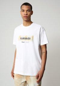 Napapijri - S-AIRBRUSH SS - T-shirt med print - bright white - 0