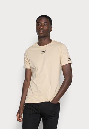 CLUB GRAPHIC TEE - T-shirt z nadrukiem - pebble