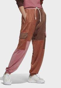 adidas Originals - WOVEN PANT CB - Teplákové kalhoty - multicolor - 2