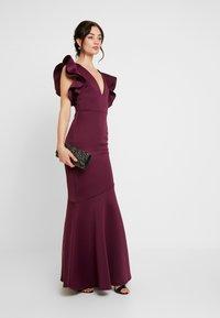 True Violet - LABEL CUT OUT SHOULDER GOWN - Occasion wear - berry - 2
